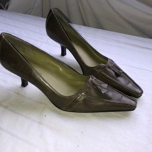 Bandolino olive green leather pumps